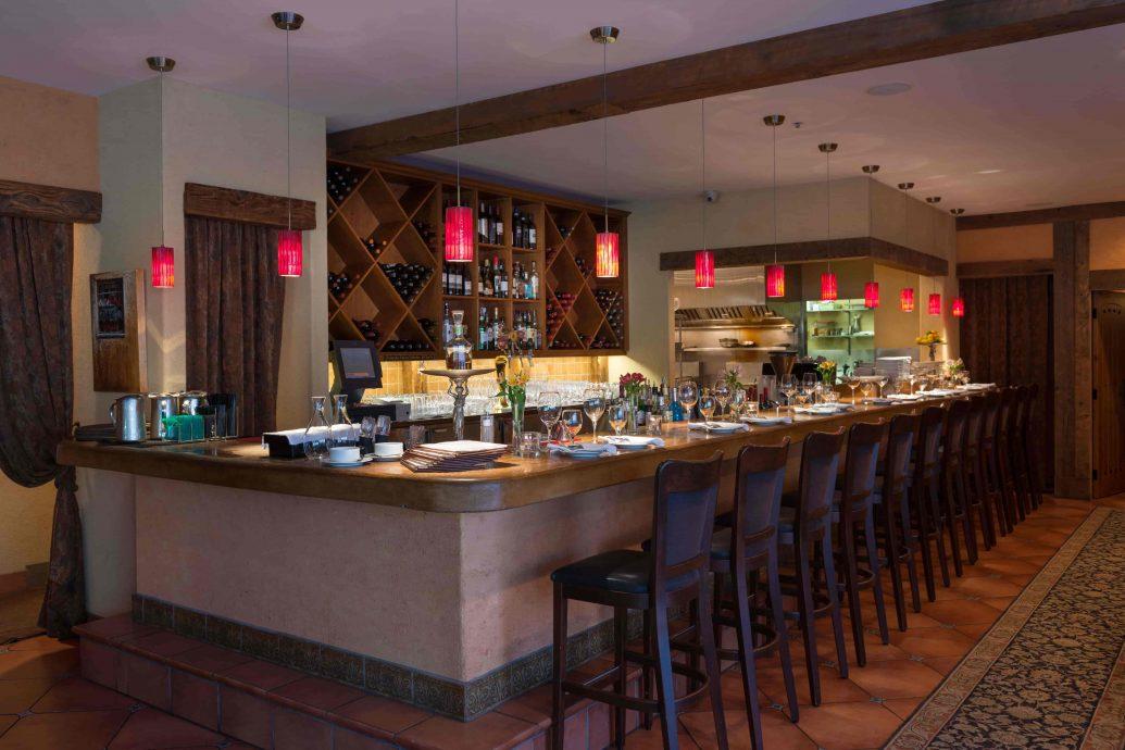 Illuminaté Restorante bar side